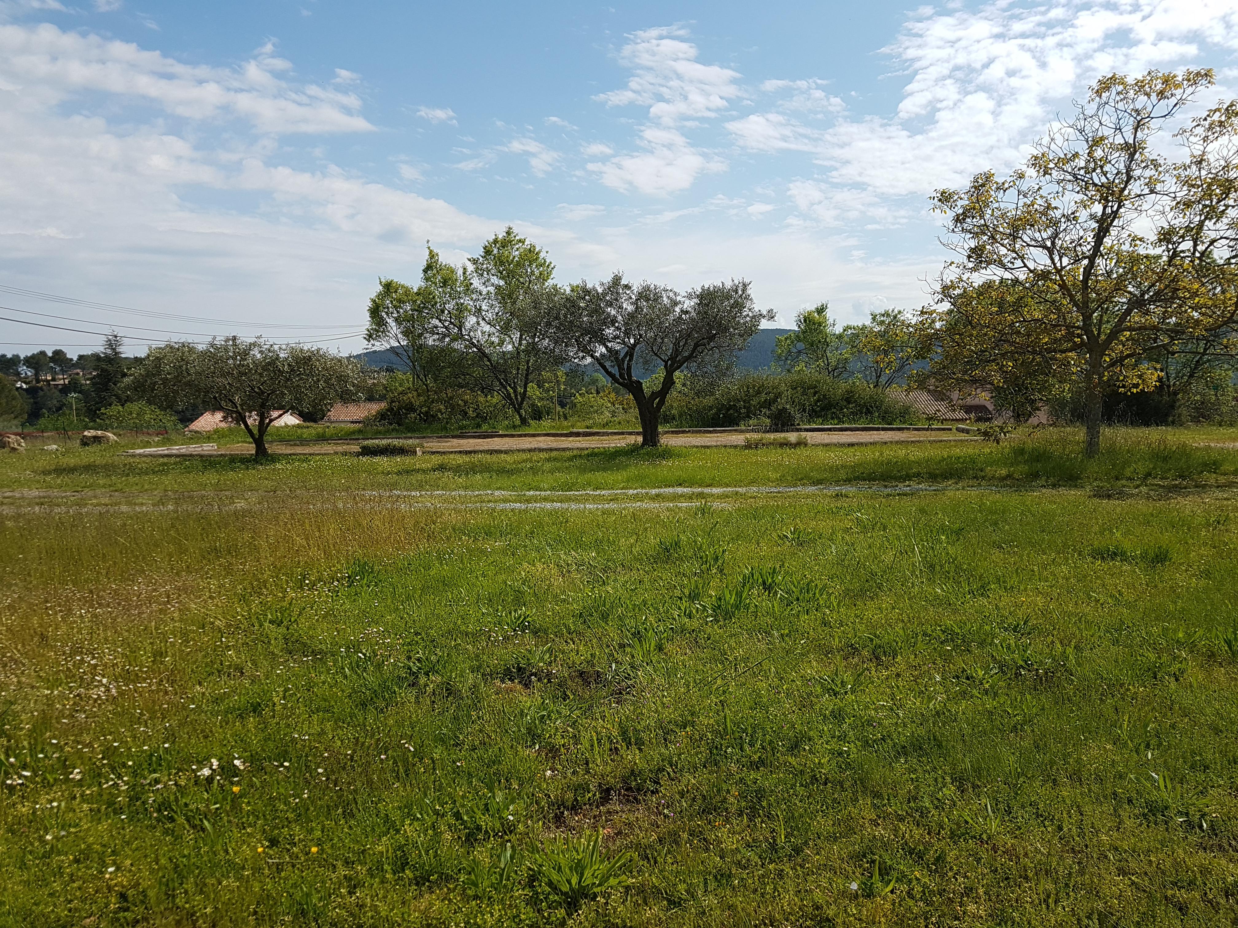 Bagnols en Foret , magnifique terrain plat de 1200 m²